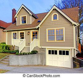 pequeño, nuevo, lindo, marrón, casa, con, naranja, puertas, y, windows.