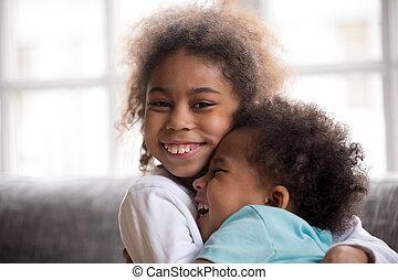 pequeno, abraçar, irmã, irmão, olhar, americano, africano, feliz