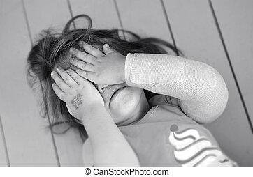 pequeno, abusado, menina, braço quebrado