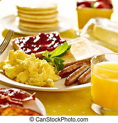 pequeno almoço, com, ovos mexidos, linguiça liga, e, toast.