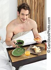pequeno almoço, homem, jovem, cama, tendo