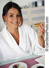 pequeno almoço, mulher, tendo, bathrobe