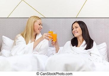 pequeno almoço, namoradas, tendo, cama, sorrindo