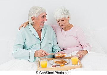 pequeno almoço, par, tendo, cama, sorrindo