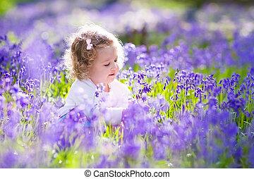pequeno, bluebell, campo, menina, flores, tocando