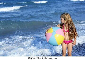 pequeno, bola, coloridos, férias, menina, praia, tocando
