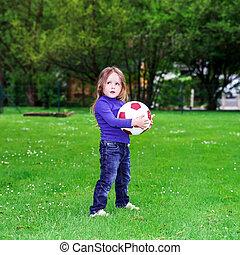 pequeno, bola, menina, tocando