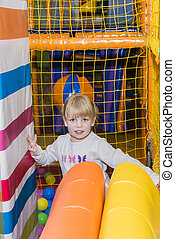 pequeno, bolas, coloridos, parque, menina, pátio recreio, sorrindo, tocando