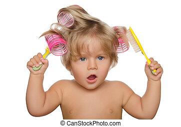 pequeno, bonito, criança, com, curlers cabelo, e, pente