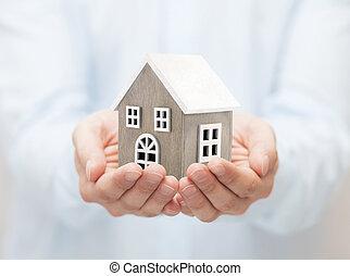 pequeno, brinquedo madeira, casa, em, mãos