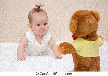 pequeno, brinquedo, pelúcia, urso, bebê, menina, tocando