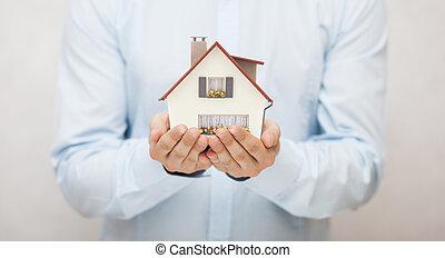 pequeno, casa brinquedo, em, mãos