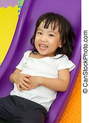 pequeno, chinês, escorregar, menina asiática, tocando