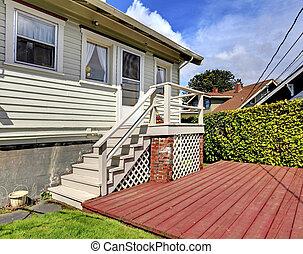 pequeno, cinzento, casa, com, escadaria, para, jarda, deck.