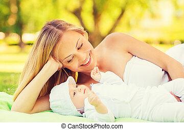 pequeno, cobertor, mãe, bebê, mentindo, feliz