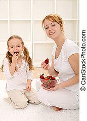 pequeno, comer mulher, morangos, fresco, menina