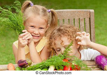 pequeno, conceito, saudável, legumes, dois, alimento., crianças, feliz
