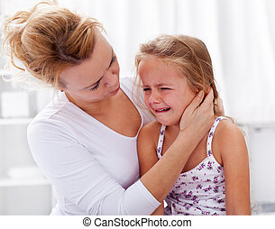 pequeno, confortando, dela, chorando, mãe, menina