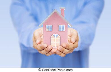pequeno, cor-de-rosa, casa brinquedo, em, mãos
