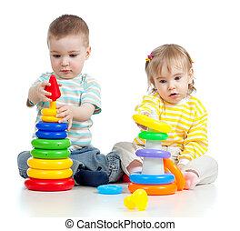 pequeno, cor, duas crianças, brinquedos, tocando