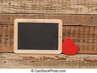 pequeno, coração, quadro-negro, madeira, parede vermelha