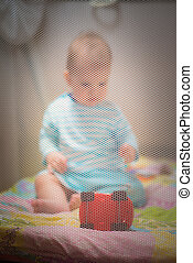 pequeno, criança, jogar brinquedos, em, um, playpen