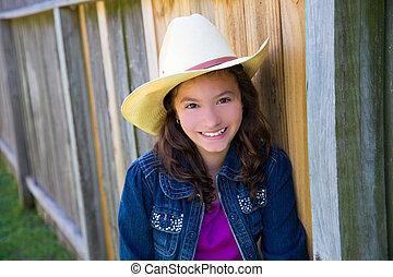 pequeno, criança, menina, fingir, para, ser, um, boiadeiro, com, chapéu
