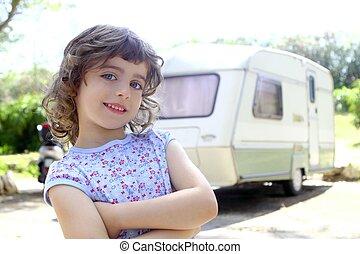 pequeno, crianças, menina, posar, caravana, acampamento,...