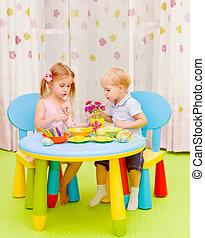 pequeno, crianças, ovos páscoa pintura