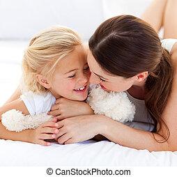 pequeno, dela, cama, falando, feliz, mãe, menina, mentindo