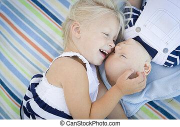 pequeno, dela, cobertor, deitando, irmão, logo, bebê, irmã