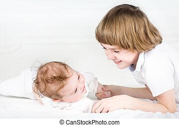 pequeno, dela, irmão grande, menina bebê, adorável, tocando