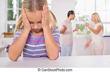 pequeno, deprimido, luta, olhar, pais, frente, menina