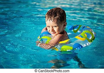 pequeno, desfrutando, nade, vida, feliz, poupador, natação, menino, caucasiano, piscina, dentes, smiley, anel, aprendizagem