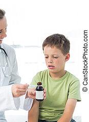 pequeno, doutor, dar, menino, xarope