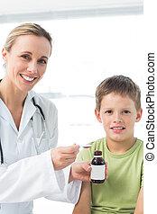 pequeno, doutor, dar, menino, xarope tosse