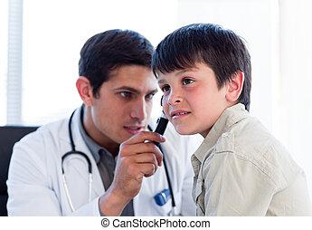 pequeno, doutor, orelhas, examinando, menino, self-assured