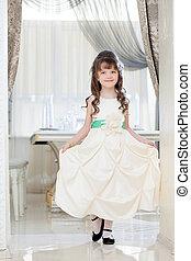 pequeno, elegante, posar, menina, encantador, vestido, branca