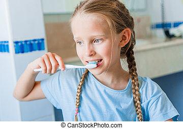 pequeno, escovas, banheiro, dentes, menina, adorável