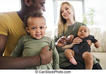 pequeno, família, jovem, interracial, home., crianças