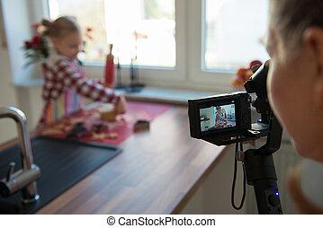 pequeno, fazer, dela, menina, bolos, gengibre, foto, blog, vídeo, natal, leva, ou, mãe, cozinha