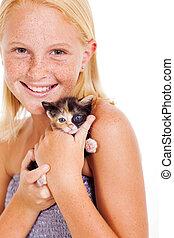 pequeno, Feliz, menina, segurando, gatinho