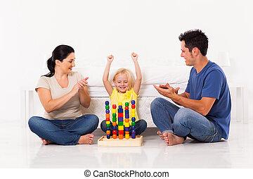 pequeno, feliz, tocando, menina, brinquedos