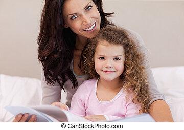 pequeno, filha, dela, livro, mãe, leitura