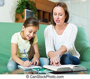 pequeno, filha, dever casa, junto, mãe