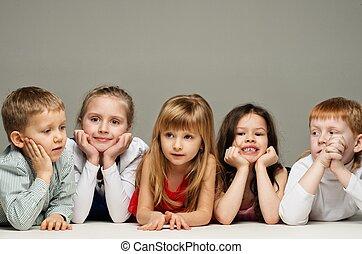 pequeno, grupo, isolado, cinzento, crianças, mentindo, fila