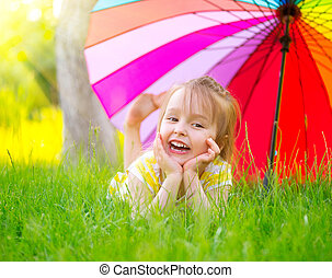 pequeno, guarda-chuva, coloridos, verde, sob, retrato, sorrindo, capim, menina, mentindo