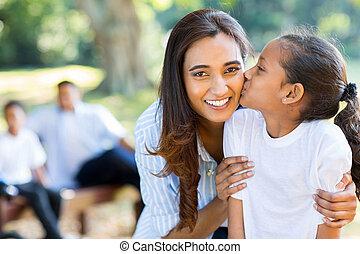 pequeno, indianas, menina, beijando, dela, mãe