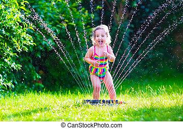 pequeno, irrigador, água, menina, tocando, jardim