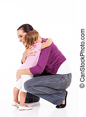 pequeno, isolado, abraçando, mãe, menina, branca